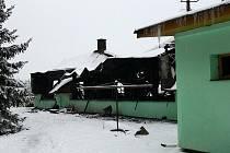 ZKÁZA. Neobydlený penzion ve žďárském okrese přibližně z poloviny lehl popelem. Příčina požáru je v šetření.