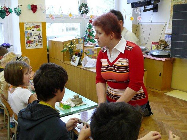 Petra Voglová učí děti Axmanovu metodu modelování, při níž se člověk řídí pouze hmatem.  Vyzkoušeli si to i žáci žďárské školy Švermova.