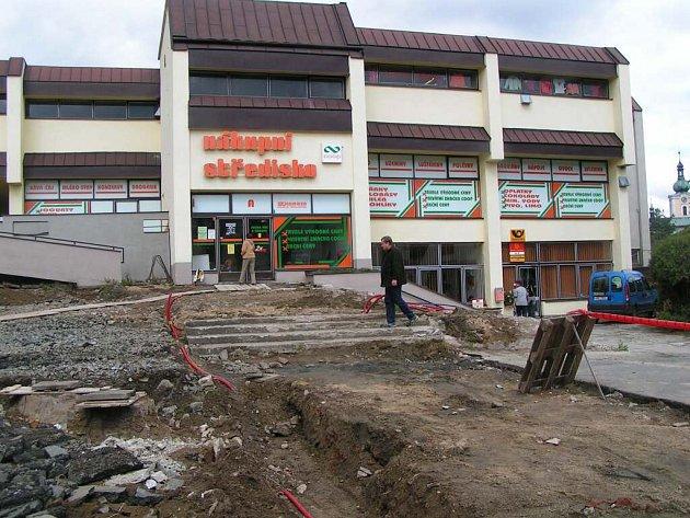 Část prostoru před obchodním domem v Jimramově už je vybagrovaná. Zákazníci musejí do prodejny chodit sice s menšími obtížemi, ale ještě letos dozná prostor změn k lepšímu.
