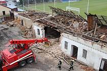 Demolici bývalých jatek hasiči využili ke svému odbornému výcviku, sutiny budov ještě v pondělí poslouží pro kynologické cvičení.