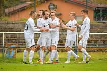 Fotbalisté FC Žďas Žďár (v bílém) se v neděli stali prvním klubem, který v tomto ročníku připravil o body juniorku Zbrojovky Brno (v červeném).