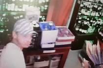 Policisté pátrají po zlodějích peněz z prodejny
