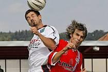 Fotbalisté Velkého Meziříčí (v červeném) vedli, ale hosté dokázali vyrovnat a po nevyužitých šancích domácích dokonce tři minuty před koncem dokázali zvítězit.
