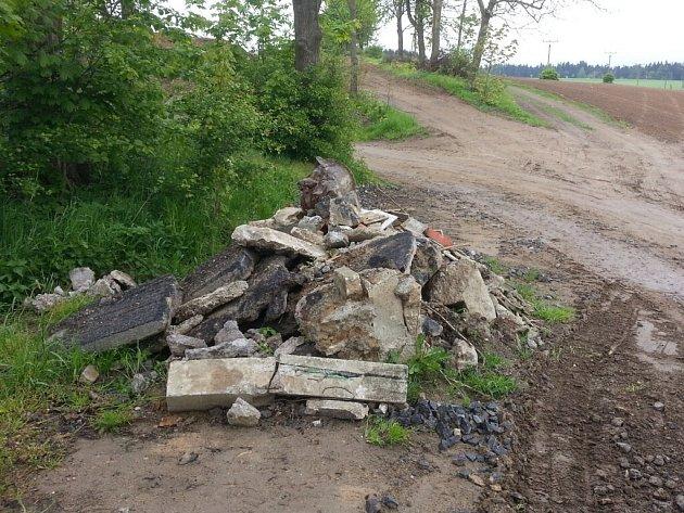 Nejen vybagrovaná zemina, ale i další, závadný materiál byl podle ochranářů navezen na povolenou skládku zeminy u Polničky.