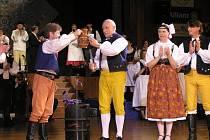 Na Folklorní ples do Žďáru jezdí i hejtman Vysočiny Miloš Vystrčil (vlevo)