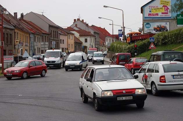 V centru města se tvoří kolony kvůli opravě hlavního tahu městem směrem na Jihlavu.