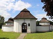 Dolní hřbitov vznikl v roce 1709, původně jako morový, ale blížící se morová rána se tehdy Žďáru vyhnula. Pohřbívat se tam začalo až později. Dnes zatravněnému prostoru dominuje socha anděla troubícího k poslednímu soudu.