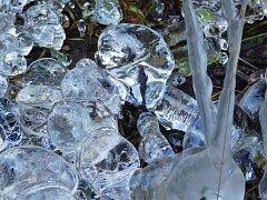 Několikametrový ledopád na skále nad Sázavou, který aktuálně poškodilo oteplení, není mezi lidmi příliš známý.