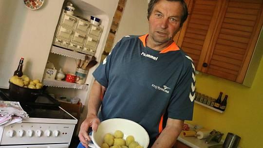 Pokaždé se při společném setkání podávají bramborové placky pečené na plotně. Na ně se spotřebuje okolo patnácti kilogramů brambor.