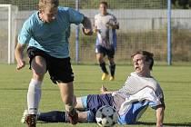 Fotbalisté Velké Bíteše (vlevo) dokázali hrát v Čáslavicích jen první hodinu, po níž vedli 3:0. Nakonec se o výhru museli strachovat.