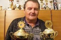 """Josef Střecha je vášnivým mariášníkem a také šampionem, z turnajů má destíky titulů. Nemá rád ty, kteří nehrají poctivě. """"Ti ať to raději nehrají vůbec,"""" říká Josef Střecha."""