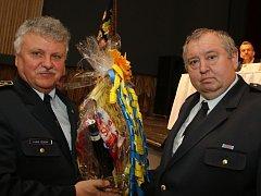 Dobrovolný hasič z Brťoví (vpravo) zachránil tonoucí ženu.