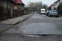 """Tři roky musí obyvatelé Maršovic jezdit po rozbité silnici. Podle všeho se ale konečně začíná """"blýskat na časy"""" a cesta se v příštím roce dočká opravy."""