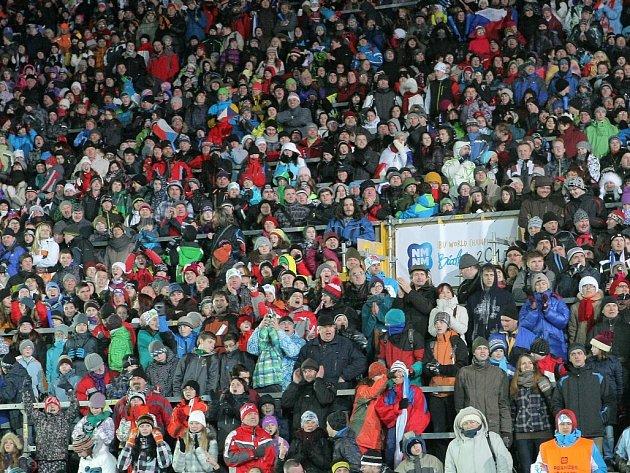 Mistrovství světa v biatlonu – smíšené štafety, 7. 2. 2013. Na snímku zaplněné tribuny – první závod navštívilo více než 25 000 diváků.