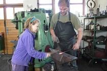 Pod ruce uměleckého kováře Josefa Tulise mohla o víkendu nahlédnout široká veřejnost. V rámci Dnů otevřených ateliérů lidé obdivovali nejen zpracování železa a výrobu například hřebíku, ale také řadu dalších ukázek ruční práce.
