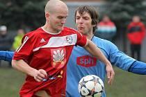 Velké Meziříčí (v červeném) vyhrálo okresní derby s Bystřicí 1:0. O jediný gól se postaral Pavel Simr.