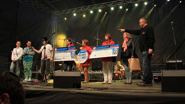 Díky sponzorům, příspěvkům do kasiček v rámci celé benefice a výtěžku divadelního představení pana Jaroslava Duška obdržel denní stacionář Nesa neuvěřitelných 225 407 korun.