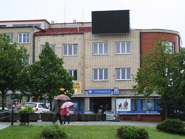 Provozování světelného reklamního panelu v horní části náměstí Republiky ve Žďáře už radní nepovolili.