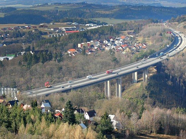 Velkomeziříčská radnice chce prosadit zrušení dálničního poplatku v úseku D1 mezi sjezdy u města. Osobní auta by pak mohla dálnici využívat jako objízdnou trasu vpřípadě složité dopravní situace ve městě.