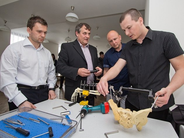 Součástí programu byly i workshopy například ten, při kterém bylo předváděno praktické použití zevních fixátorů.
