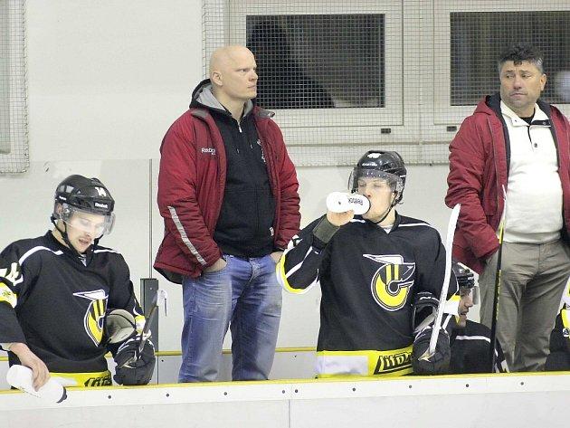 Trenér Rudolf Cakl (druhý zleva) musel v utkání v Nymburce pomoci svým svěřencům i na ledě. Jeho přítomnost byla znát, když poslal Žihadla do vedení.