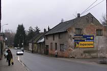 Ruiny starých domů v Žižkově ulici ve Žďáře nad Sázavou brzy zmizí pod koly a pásy demoliční těžké techniky.