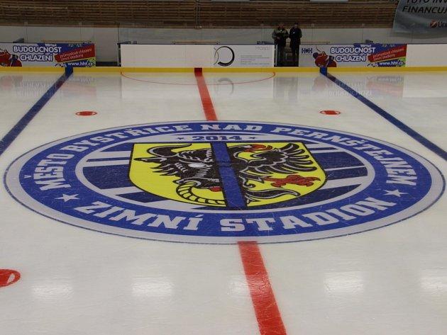 Ve středovém kruhu se dnes na bystřickém zimním stadionu představí zahajovací formace Vítochova a Bystřických Sokolů. Úvodní utkání nultého ročníku Bystřické hokejové ligy začíná v 18 hodin.