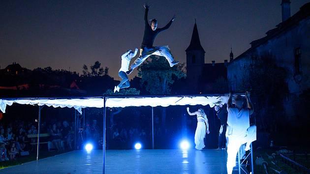 V pivovarské zahradě návštěvníci viděli tanečně-akrobatické představení Vzduchem na motivy knihy Richarda Bacha Jonathan Livingston Racek. Foto: Pavel Sojka