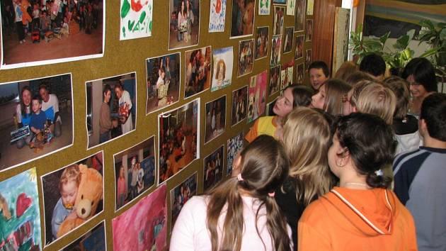 Výstava Modrých dnů je ve žďárském gymnáziu.