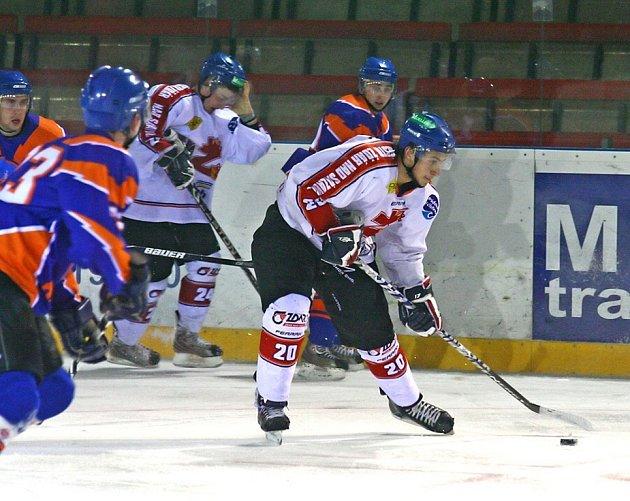 Hokejisté Žďáru (v bílém) se na domácím ledě představí proti druhému Valašskému Meziříčí.