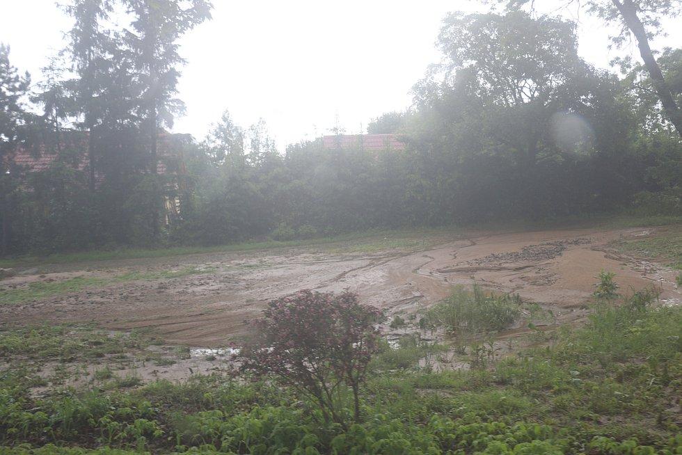 Přívalové deště přinesly vodu a bahno z luk a polí.