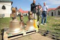 Do Žďáru dorazily nové zvony. Budou k vidění v kostele na Zelené hoře až do 15. května, o den později jim bude požehnáno.