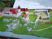 Sádrový model hradu Lúčka nad Dolními Loučkami, podle něhož vzniká příslušná betonová miniatura.