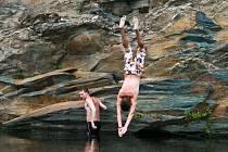 Skoky do vody jsou nebezpečnou prázdninovou kratochvílí mládeže. Ilustrační foto.