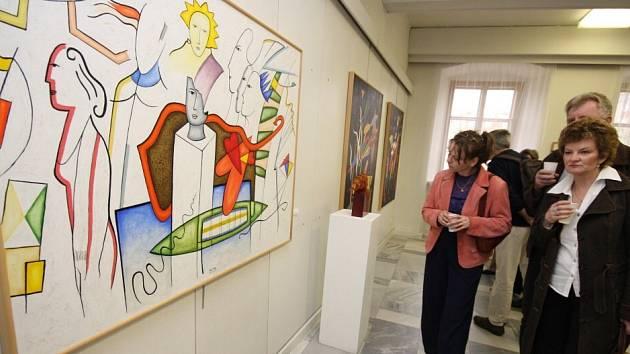 Výstavní síň na Staré radnici ve Žďáře nad Sázavou je svědkem výstavy obrazů malíře z Havlíčkovy Borové a uměleckého skláře ze Škrdlovic.