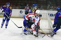 Hokejisté Žďáru (v bílém) jedou do Uničova s cílem přivézt body z ledu soupeře. To se jim totiž naposledy podařilo před téměř dvěma měsíci na ledě Šternberku.