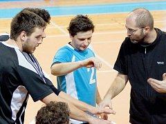 Asistent trenéra Petr Veselý (vpravo) udílí pokyny při oddychovém čase žďárskému liberu Petru Kadlecovi.