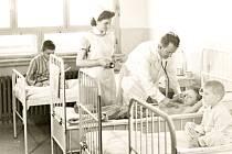 Dnes už historický snímek zachycuje při kontrole pacientů primáře dětského oddělení novoměstské nemocnice Jana Zemánka, který oddělení vedl v letech 1958-1970. Budova pavilonu je spojena s internou, kde už byla celková přestavba provedena.