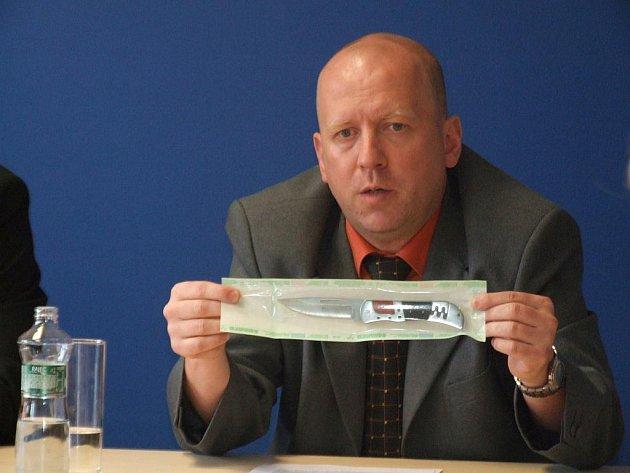 Policejní vyšetřovatel Pavel Kubiš ukazuje nůž, kterým měl pachatel spáchat vraždu taxikáře.