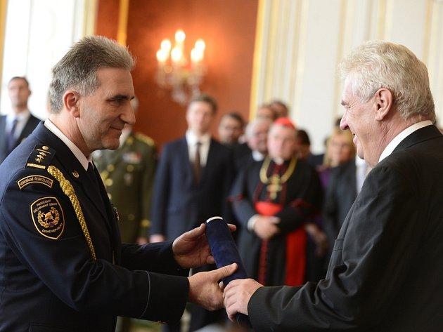 Prezident Miloš Zeman u příležitosti státního svátku udělil devět generálských hodností. Brigádním generálem se stal také Drahoslav Ryba z Radostína nad Oslavou, generální ředitel Hasičského záchranného sboru České republiky.