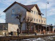 Budova vlakového nádraží v Bystřici nad Perštejnem.