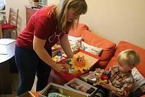 S balením dárků pro děti ze sociálně slabších rodin pomáhal Ivoně Nečasové i její syn František.