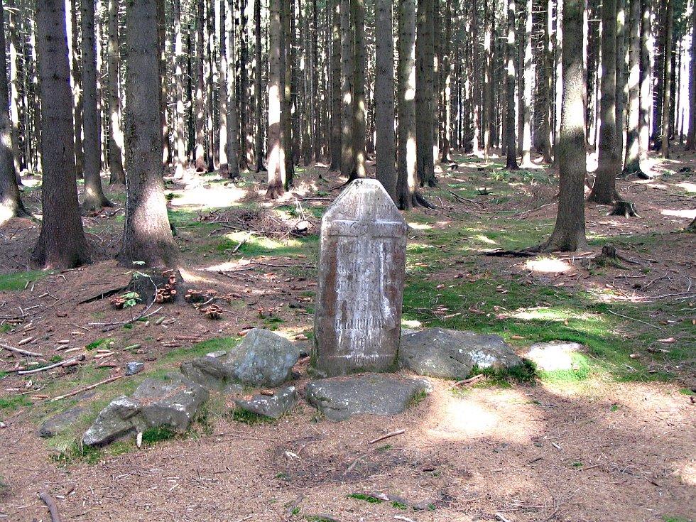 Kámen zvaný U pytláka byl vztyčený na památku zastřeleného Petra Chrásty z Albrechtic.
