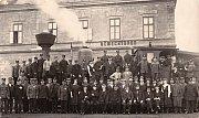 Drážní zaměstnanci v Německém (dnešním Havlíčkově) Brodě krátce po roce 1918.