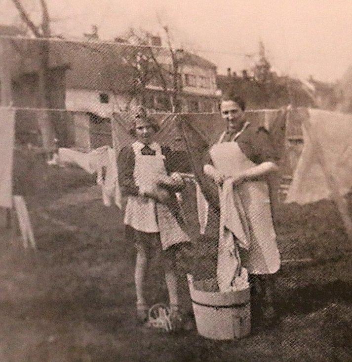 Hana pomáhá mamince s prádlem.