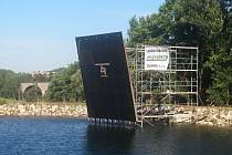 Nad nádrží pod meziříčskou sjezdovkou na Fajtově kopci je už připravená soutěžní stěna. Sobotní lezecké závody slibují soutěžení i spoustu zábavy.
