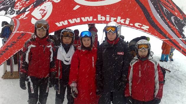 ÚSPĚŠNÁ VÝPRAVA. Na snímku stojí zástupci meziříčského Ski clubu (zleva): K. Novotná, J. Novotný, K. Bednářová, K. Čamková, V. Čamková.