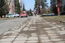 Nová bude pět metrů široká asfaltová silnice se dvěma jízdními pruhy včetně přilehlého chodníku směrem k bytovému domu s čísly orientačními jedna až patnáct.