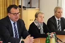 Důl Rožná 1 v pátek navštívil ministr průmyslu Jan Mládek (vlevo). Sfáral do míst, kde vzniká specializovaná laboratoř pro zkoumání geologického podloží.