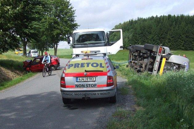 Sedmapadesátiletý řidič osobního vozidla Škoda Felicia se střetl s kamionem. Těžkým zraněním podlehl. Silnice byla v místě nehody několik hodin neprůjezdná.